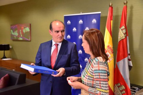 Imagen El Presidente de la Comisión de Transparencia de Castilla y León entrega la Memoria de Transparencia 2018 en el que se registraron 314 reclamaciones
